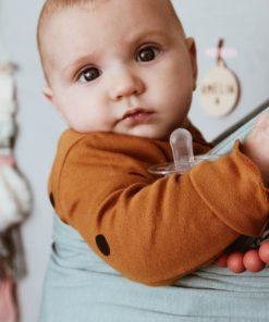 Baby gutt i bæresjal fra Fornessi
