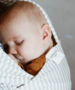 baby koser seg i bæresjal fra fornessi